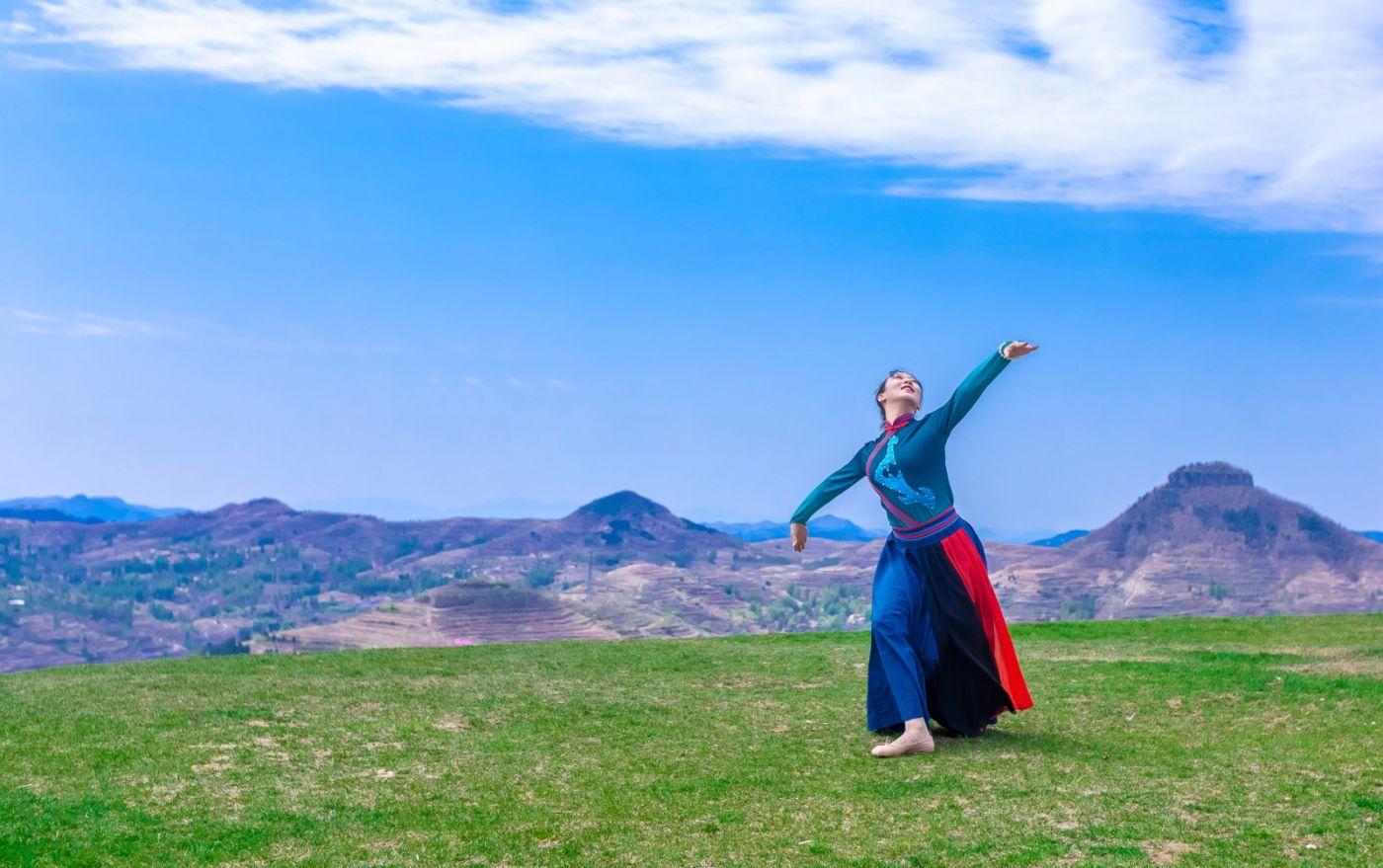 崮上草原有位女孩在翩翩起舞 她要和你邂逅在崮上花开的季节 ..._图1-12