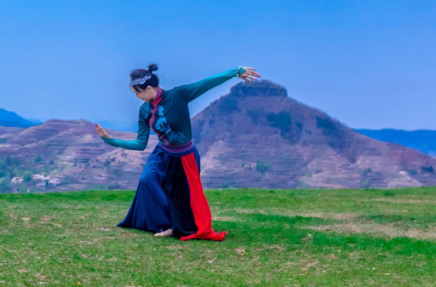 崮上草原有位女孩在翩翩起舞 她要和你邂逅在崮上花开的季节 ..._图1-13