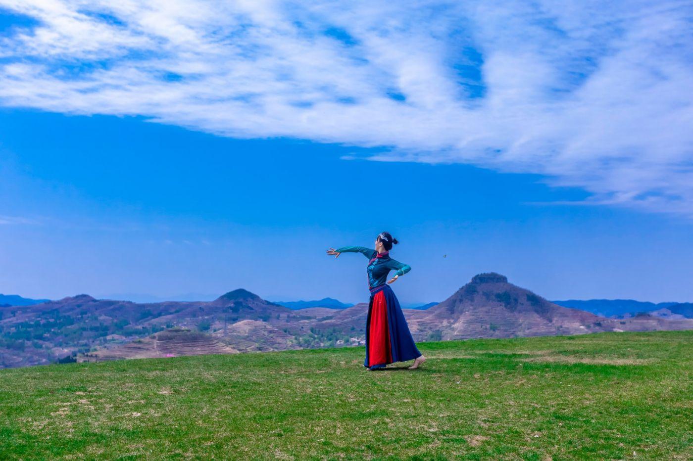 崮上草原有位女孩在翩翩起舞 她要和你邂逅在崮上花开的季节 ..._图1-14