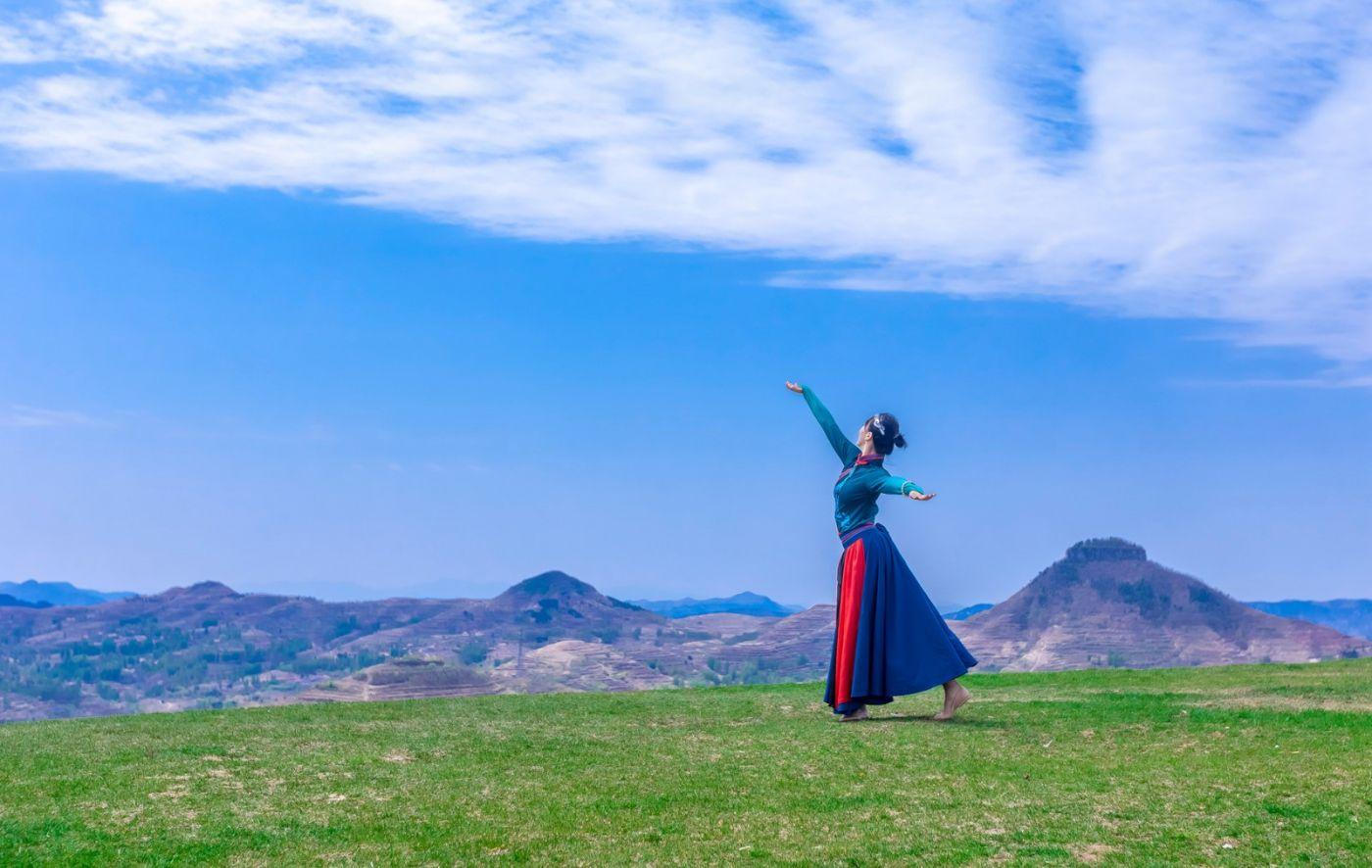 崮上草原有位女孩在翩翩起舞 她要和你邂逅在崮上花开的季节 ..._图1-15