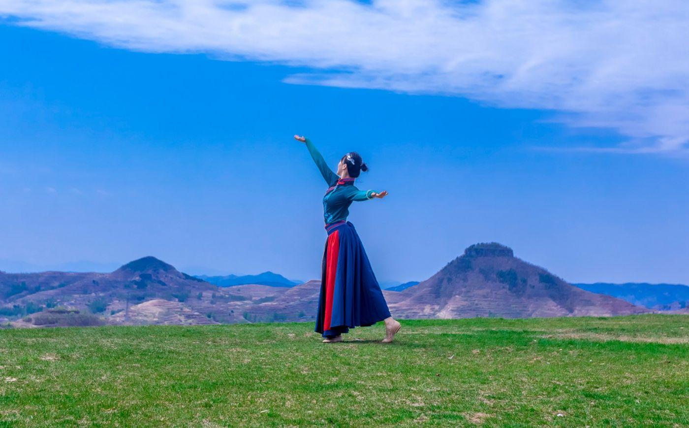 崮上草原有位女孩在翩翩起舞 她要和你邂逅在崮上花开的季节 ..._图1-17