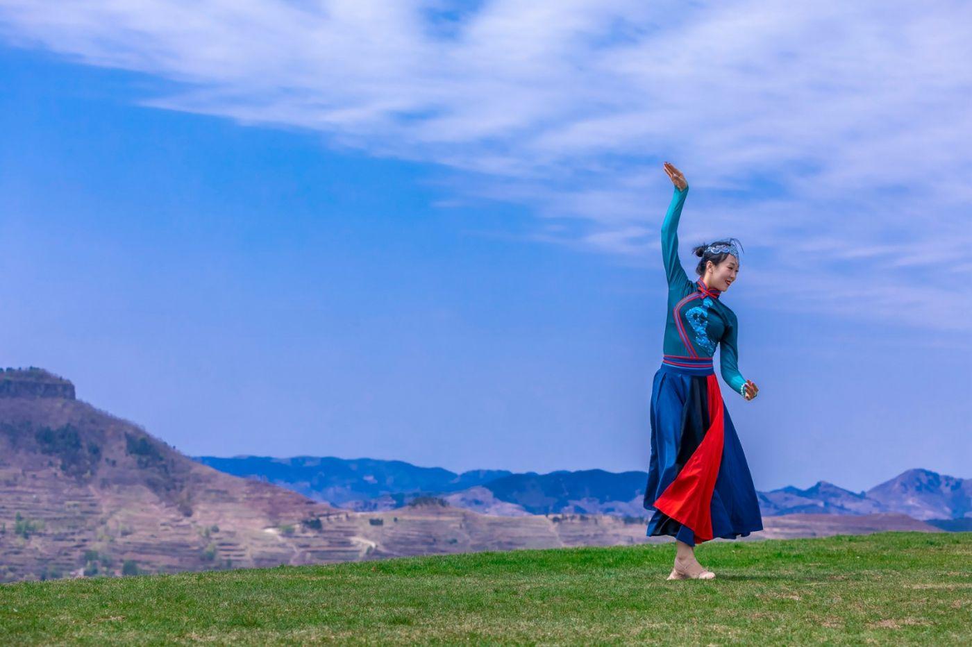 崮上草原有位女孩在翩翩起舞 她要和你邂逅在崮上花开的季节 ..._图1-16