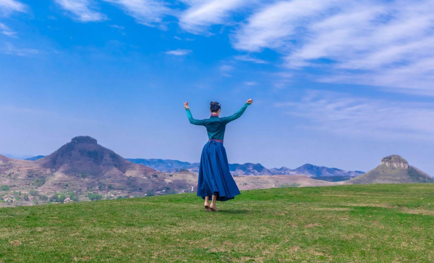 崮上草原有位女孩在翩翩起舞 她要和你邂逅在崮上花开的季节 ..._图1-18
