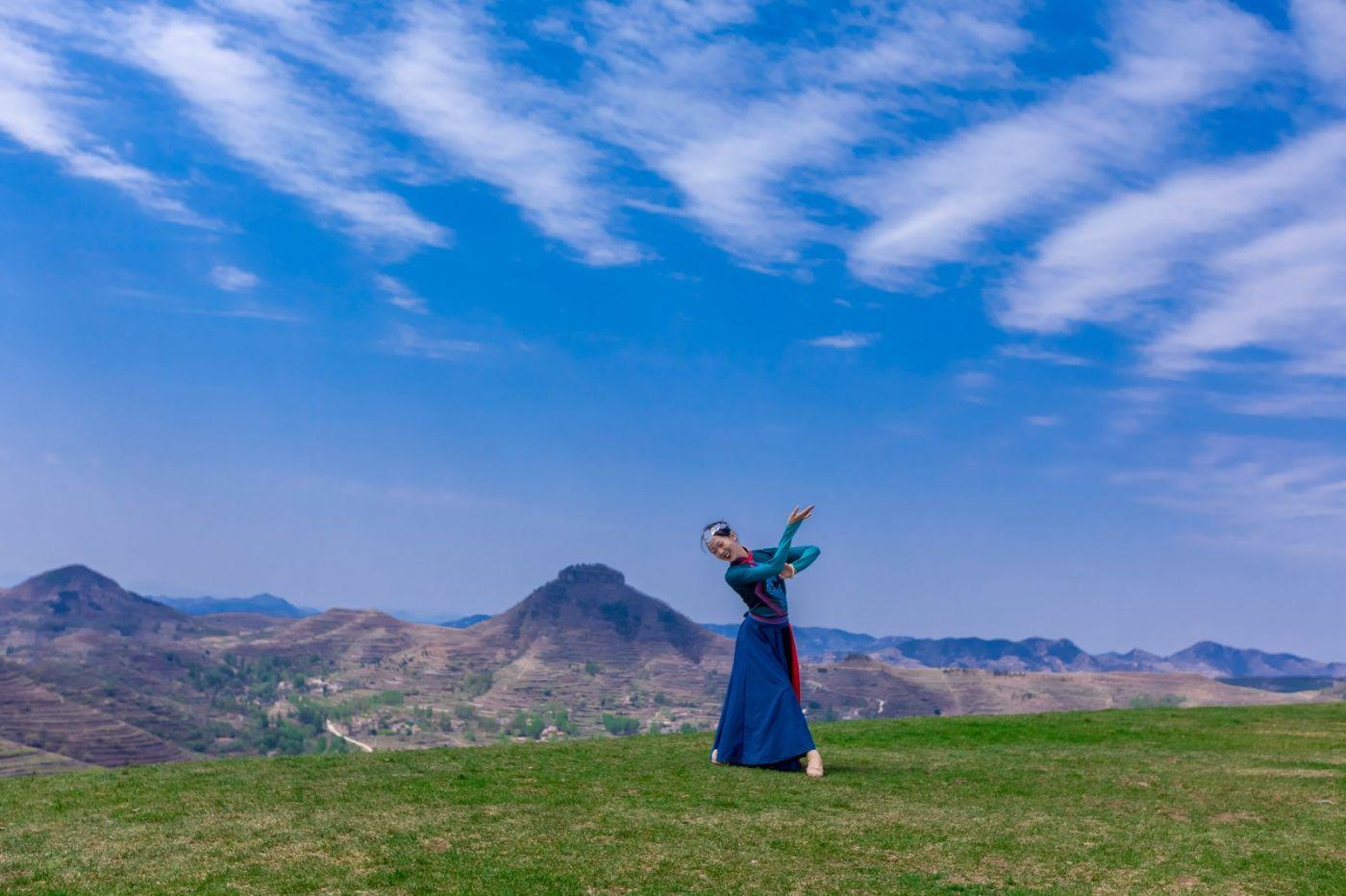 崮上草原有位女孩在翩翩起舞 她要和你邂逅在崮上花开的季节 ..._图1-19