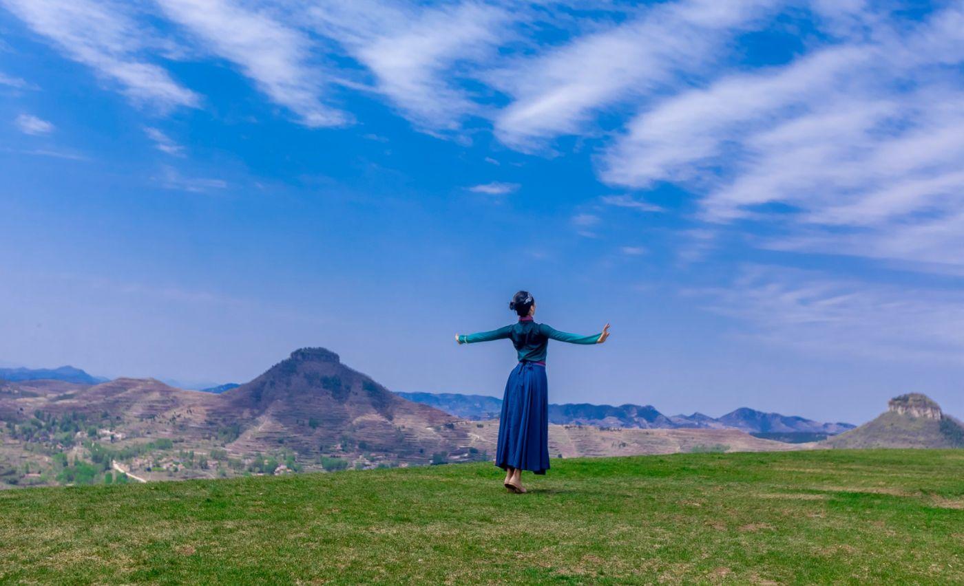 崮上草原有位女孩在翩翩起舞 她要和你邂逅在崮上花开的季节 ..._图1-20