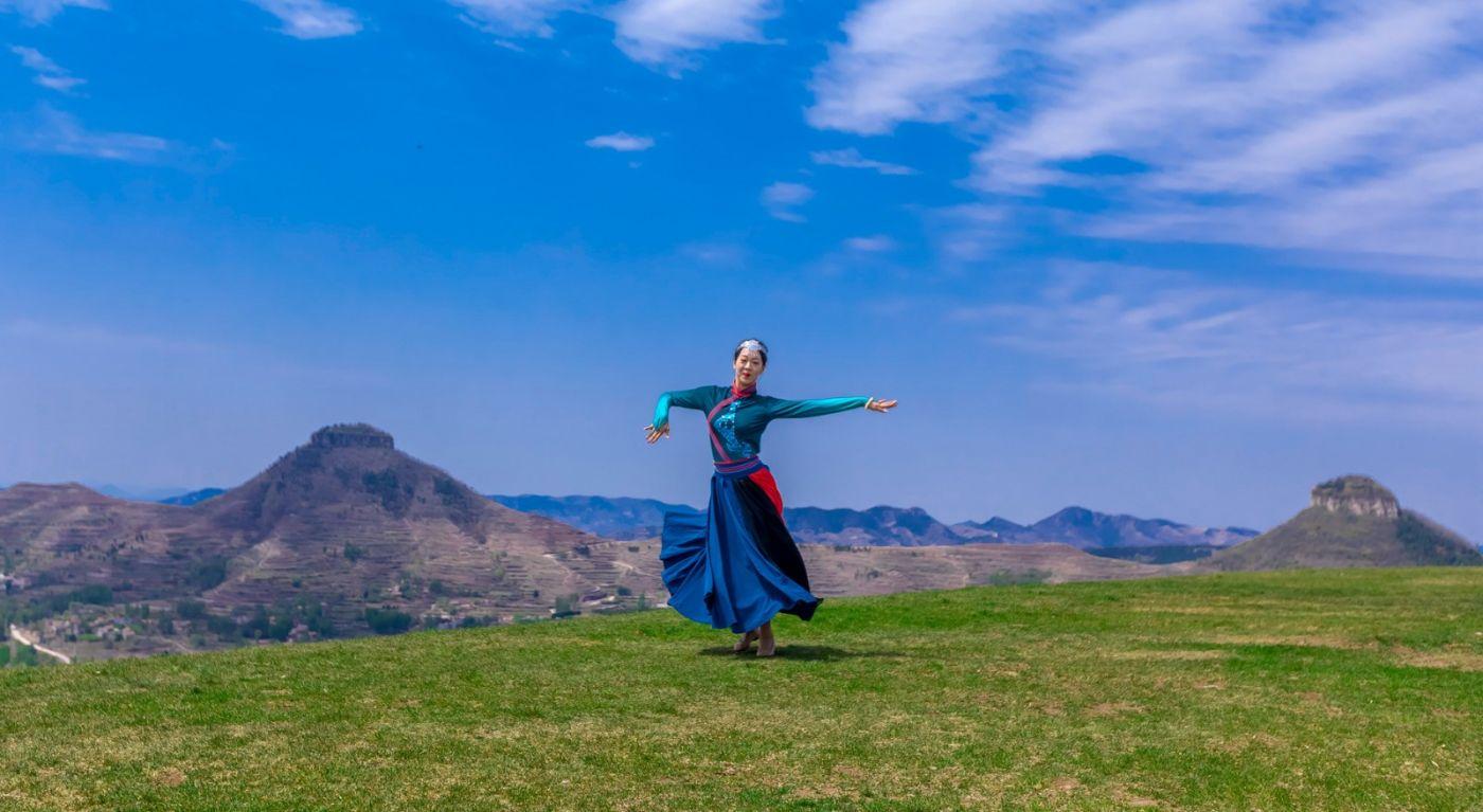 崮上草原有位女孩在翩翩起舞 她要和你邂逅在崮上花开的季节 ..._图1-21