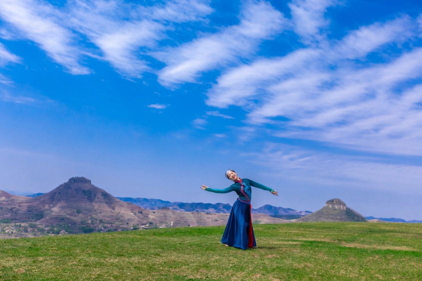 崮上草原有位女孩在翩翩起舞 她要和你邂逅在崮上花开的季节 ..._图1-22