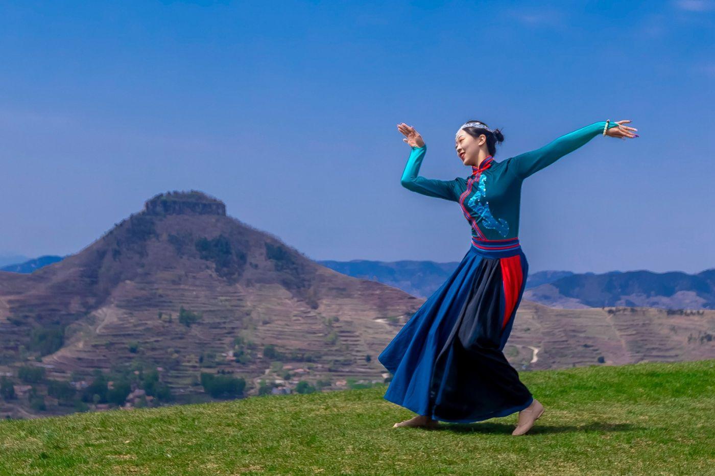 崮上草原有位女孩在翩翩起舞 她要和你邂逅在崮上花开的季节 ..._图1-23