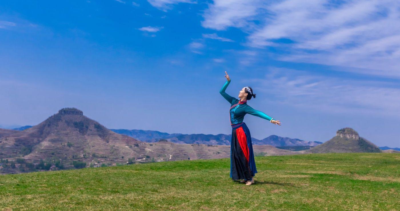 崮上草原有位女孩在翩翩起舞 她要和你邂逅在崮上花开的季节 ..._图1-24