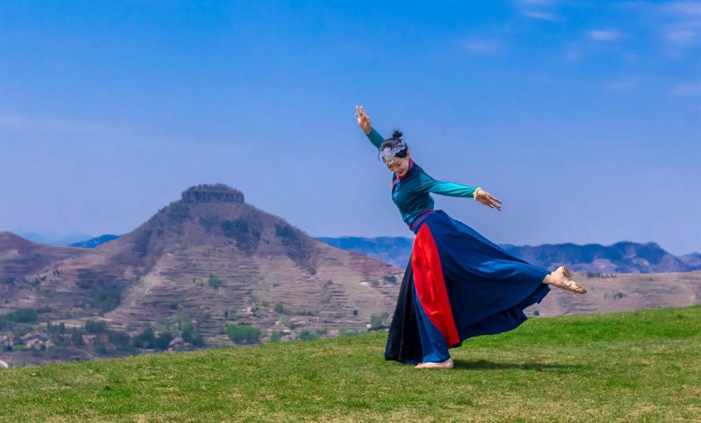 崮上草原有位女孩在翩翩起舞 她要和你邂逅在崮上花开的季节 ..._图1-25