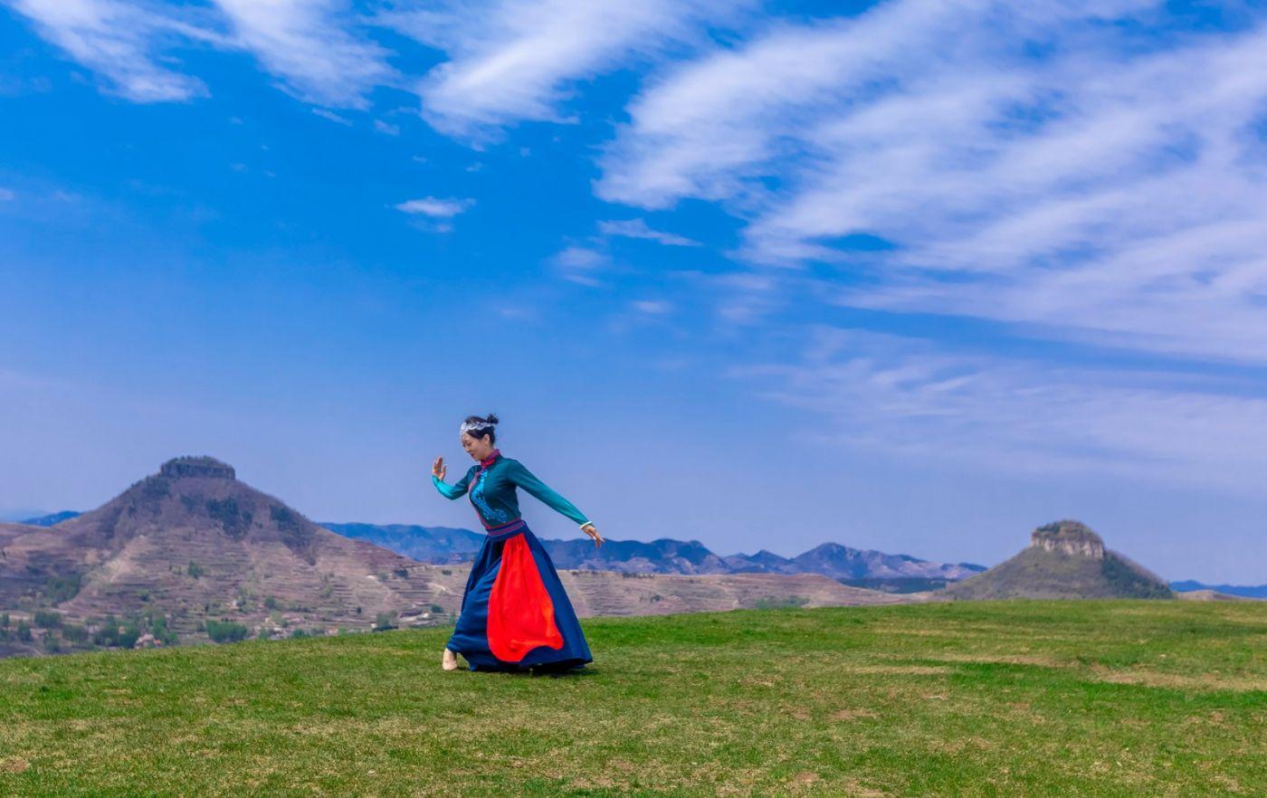 崮上草原有位女孩在翩翩起舞 她要和你邂逅在崮上花开的季节 ..._图1-26