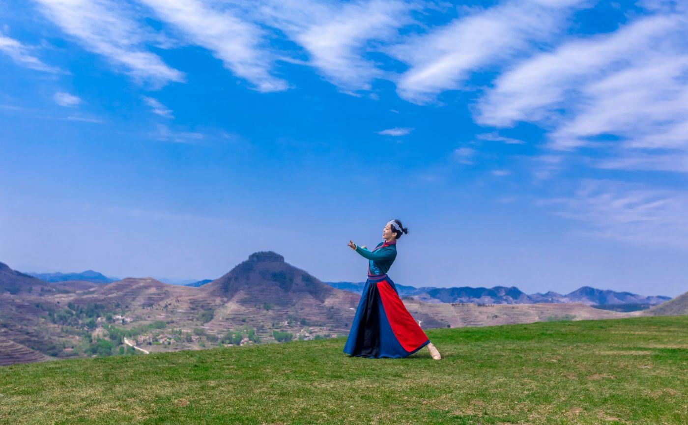 崮上草原有位女孩在翩翩起舞 她要和你邂逅在崮上花开的季节 ..._图1-27