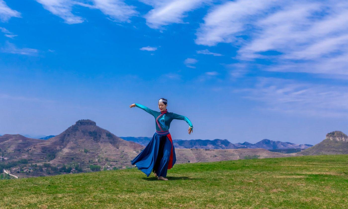 崮上草原有位女孩在翩翩起舞 她要和你邂逅在崮上花开的季节 ..._图1-29