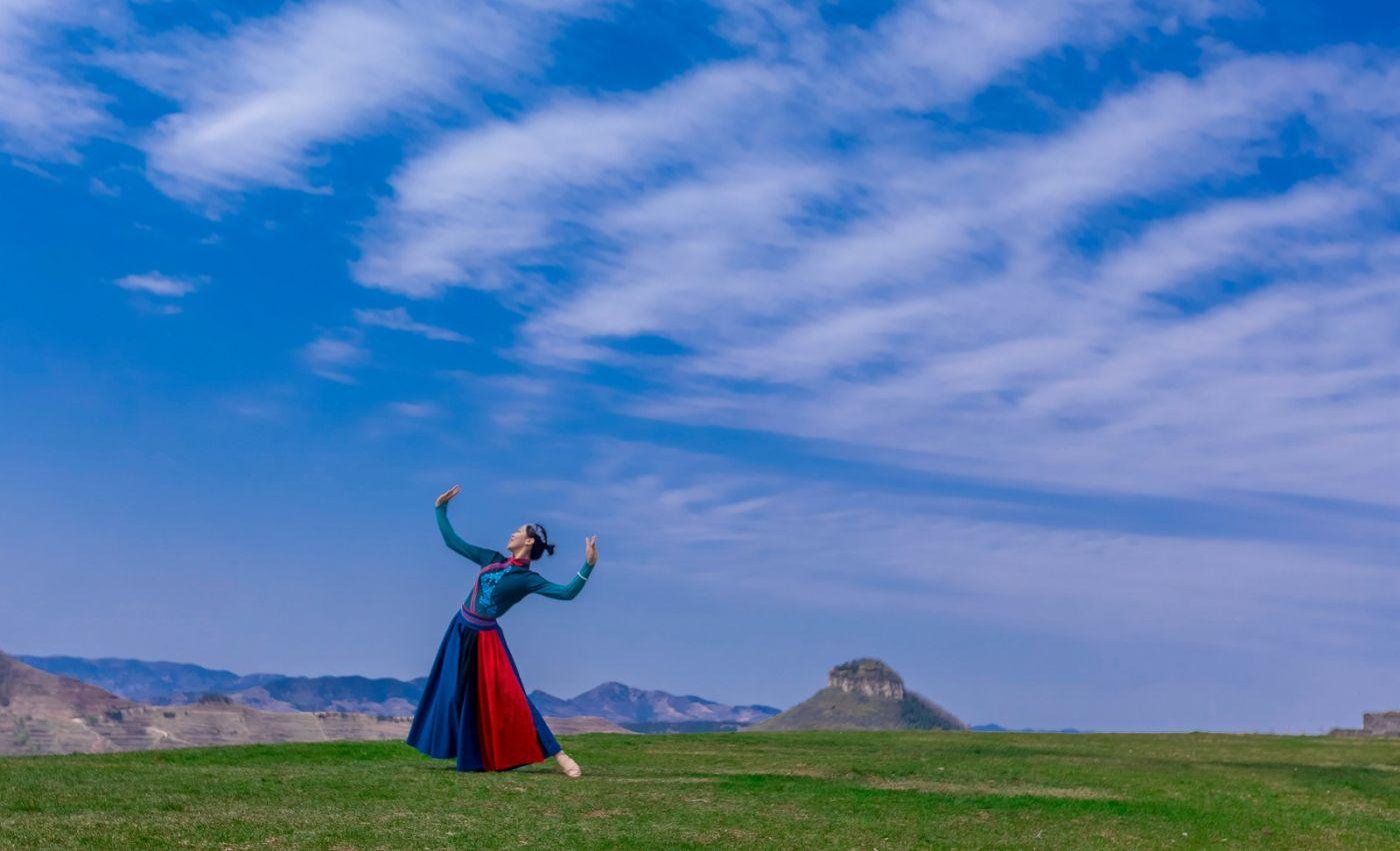 崮上草原有位女孩在翩翩起舞 她要和你邂逅在崮上花开的季节 ..._图1-28