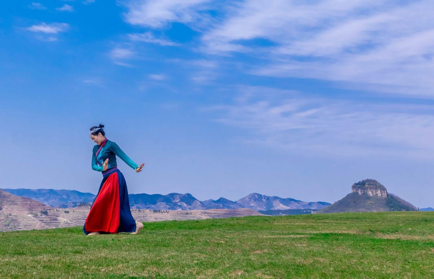 崮上草原有位女孩在翩翩起舞 她要和你邂逅在崮上花开的季节 ..._图1-31