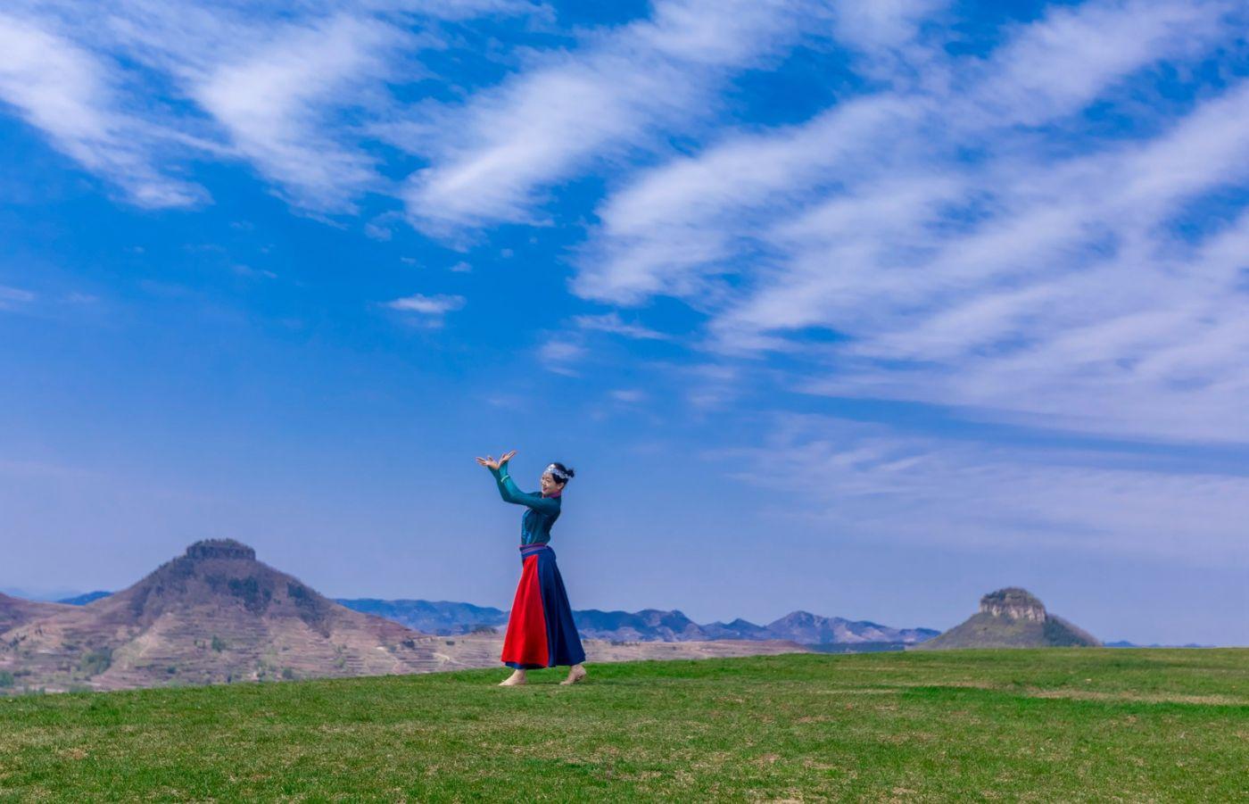 崮上草原有位女孩在翩翩起舞 她要和你邂逅在崮上花开的季节 ..._图1-30