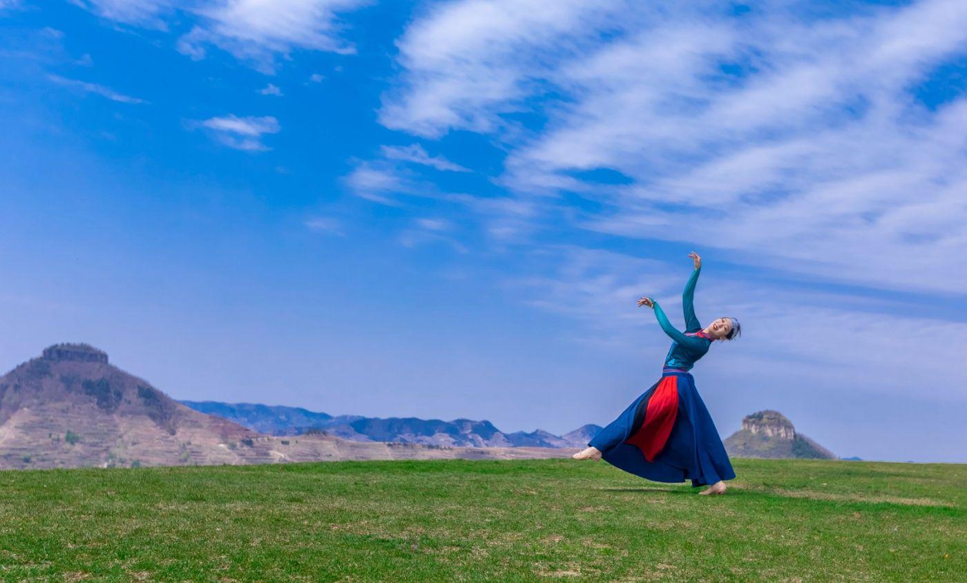 崮上草原有位女孩在翩翩起舞 她要和你邂逅在崮上花开的季节 ..._图1-32
