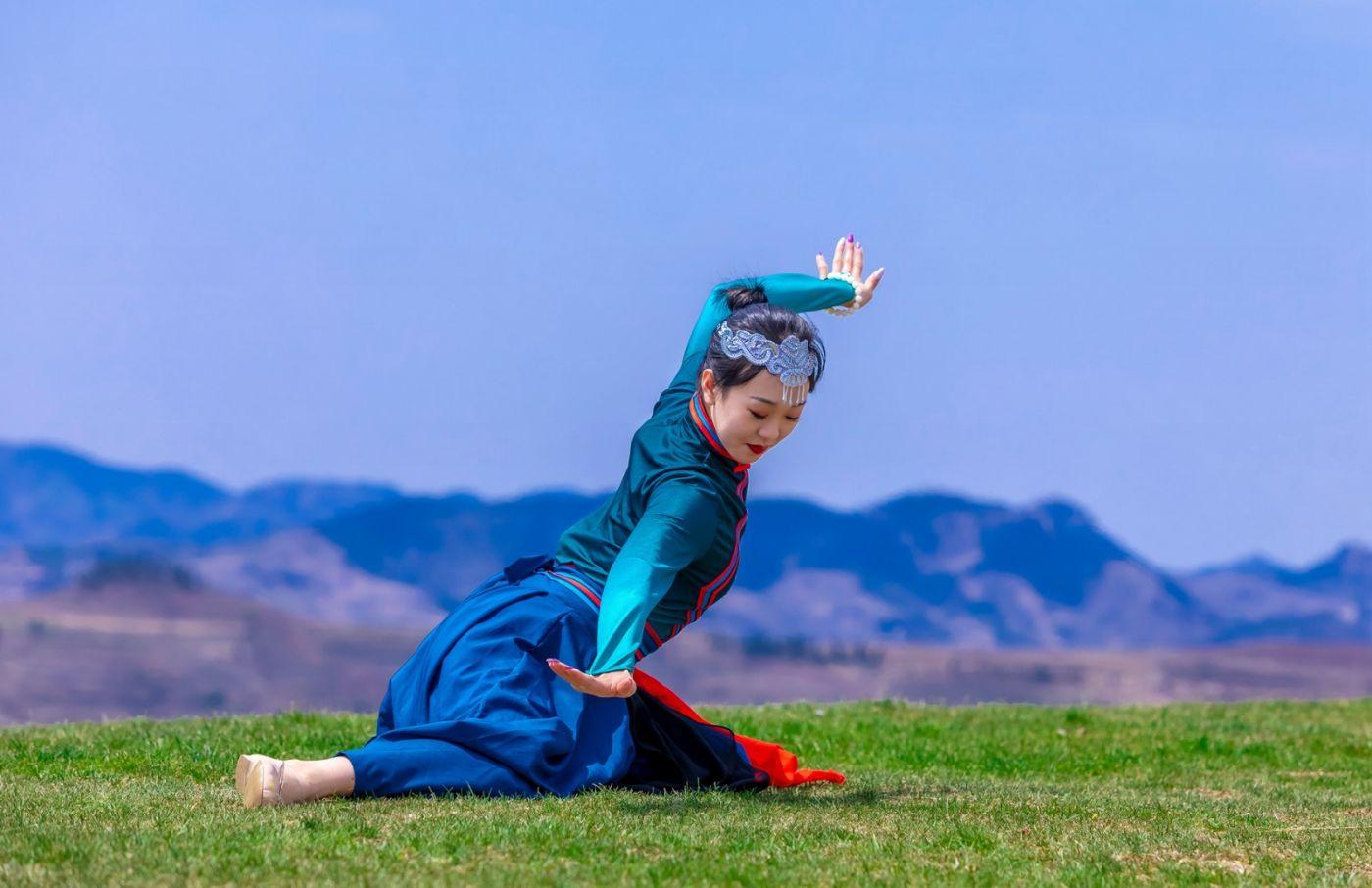 崮上草原有位女孩在翩翩起舞 她要和你邂逅在崮上花开的季节 ..._图1-33