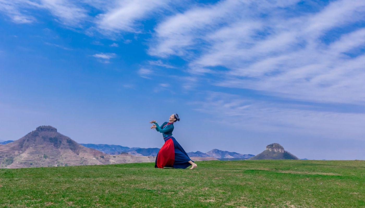 崮上草原有位女孩在翩翩起舞 她要和你邂逅在崮上花开的季节 ..._图1-34