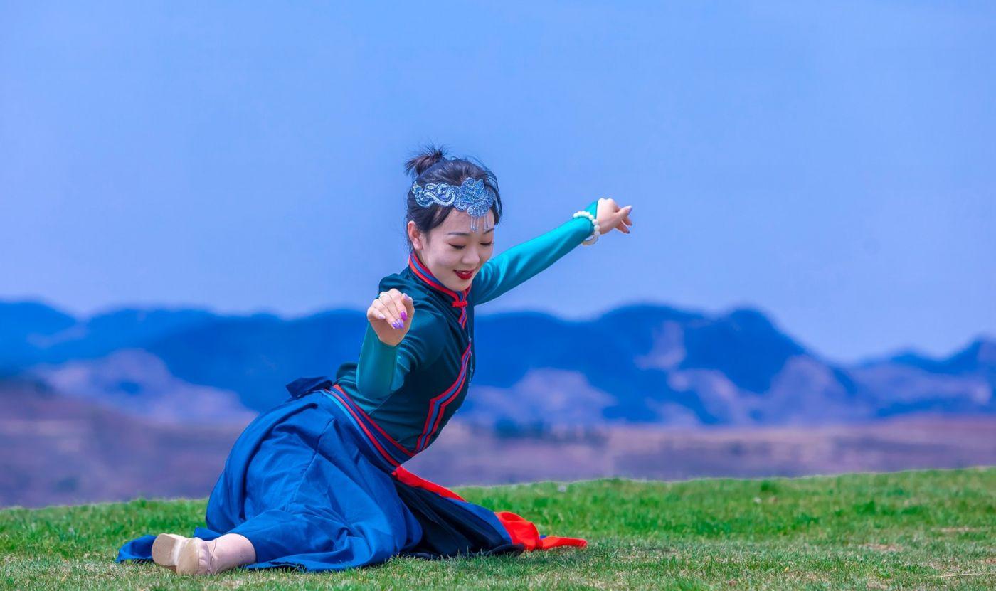 崮上草原有位女孩在翩翩起舞 她要和你邂逅在崮上花开的季节 ..._图1-35