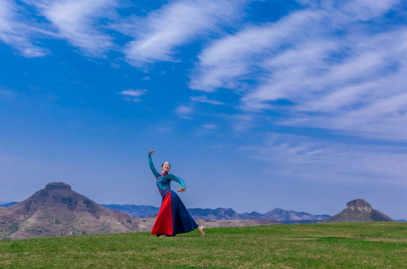 崮上草原有位女孩在翩翩起舞 她要和你邂逅在崮上花开的季节 ..._图1-36