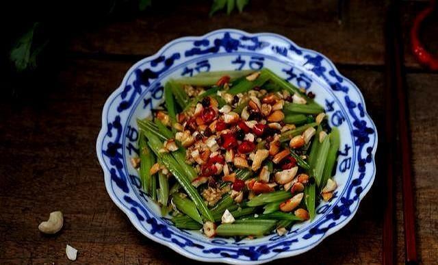 教你做一道超好吃的轻食小凉菜,腰果炝芹菜,提神醒脑疏通肠道 ..._图1-1