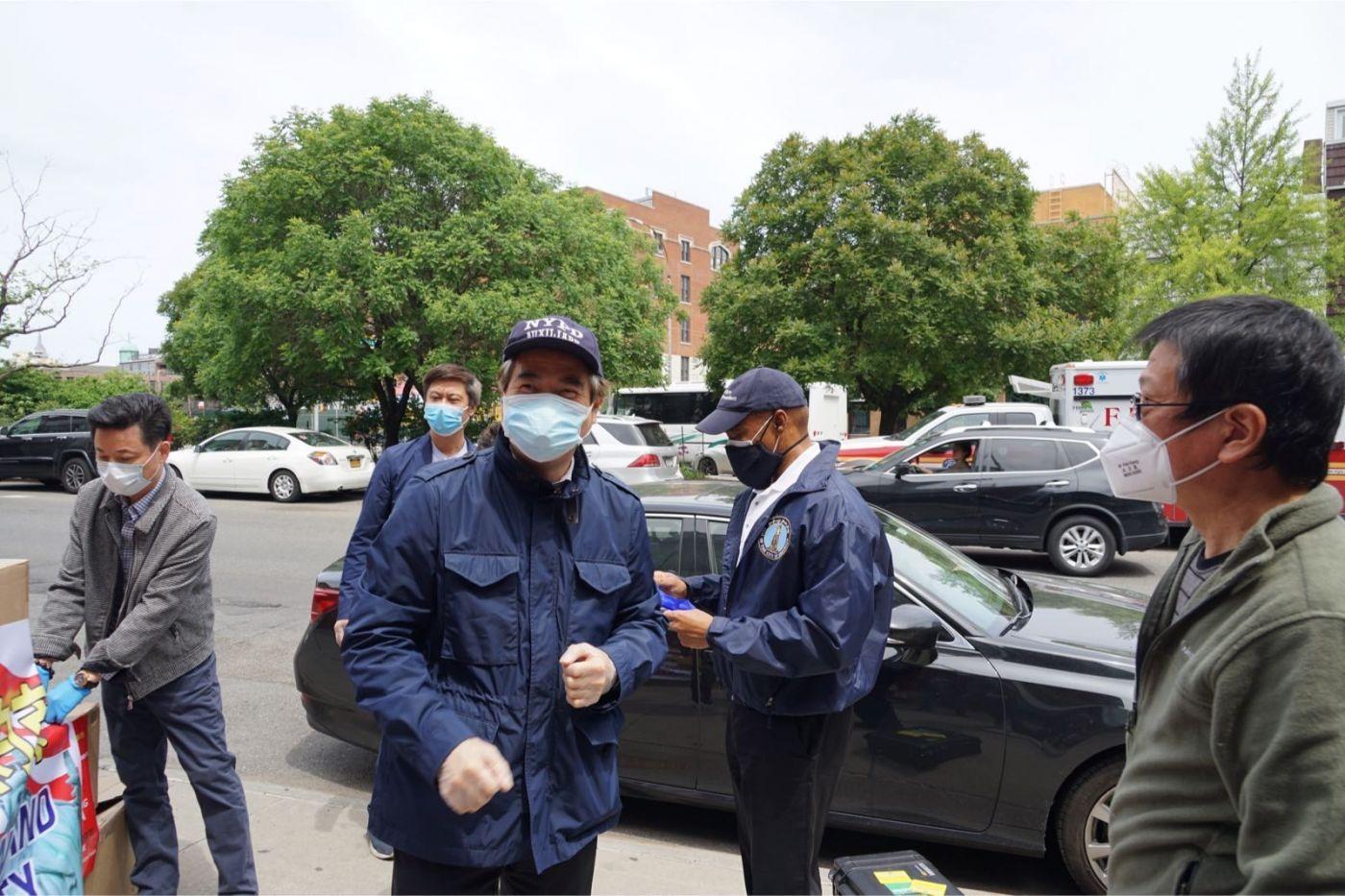 紐約華人僑團及企業家獻愛心捐贈防護物资給市消防局协助抗擊COVID-19疫情 ... ... ... ..._图1-5