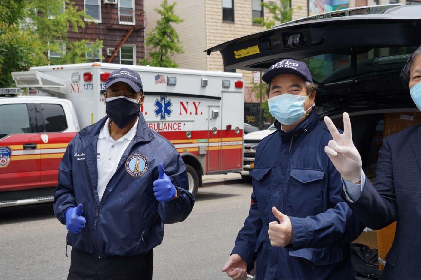 紐約華人僑團及企業家獻愛心捐贈防護物资給市消防局协助抗擊COVID-19疫情 ... ... ... ..._图1-8