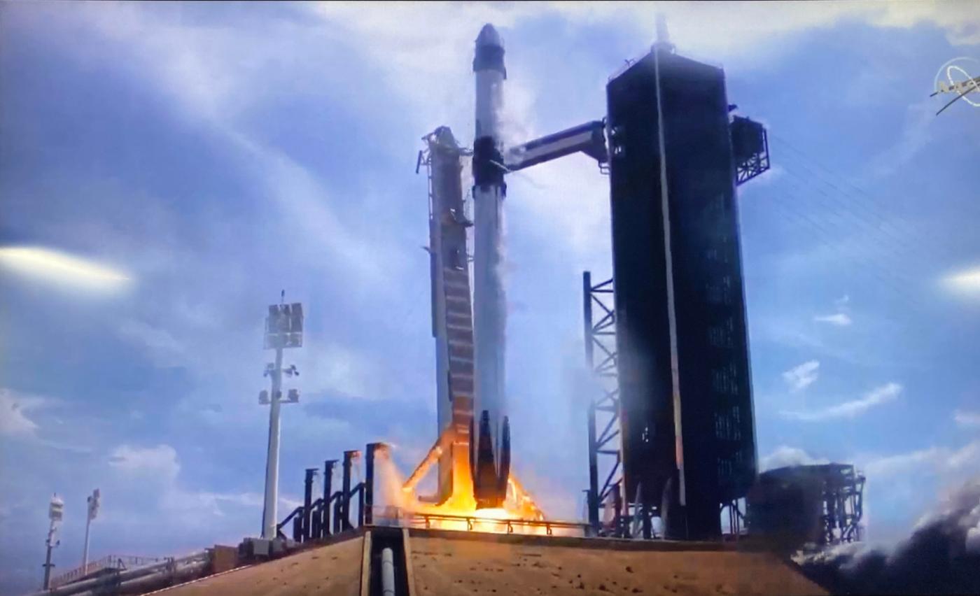 震撼!壮观!SpaceX火箭发射成功_图1-1