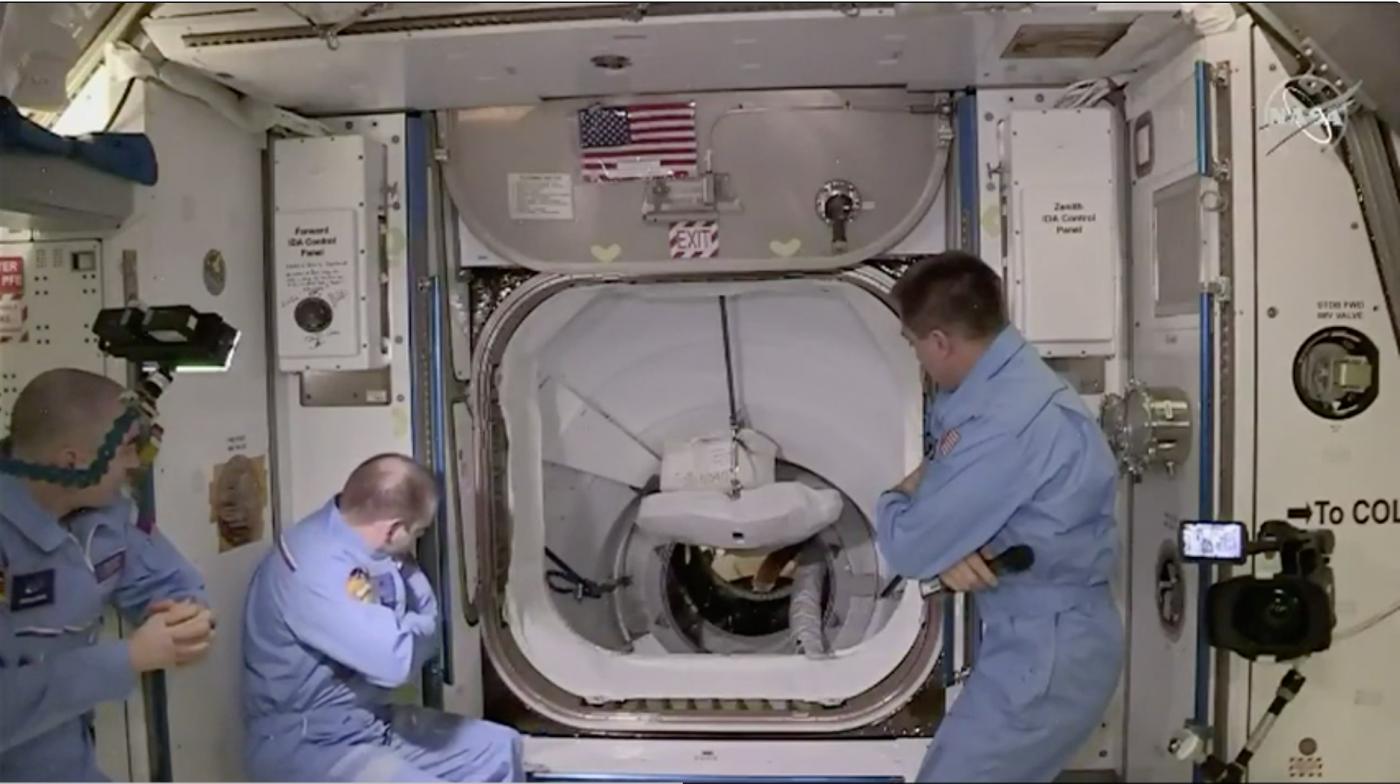 SpaceX太空船与空间站对接成功_图1-10