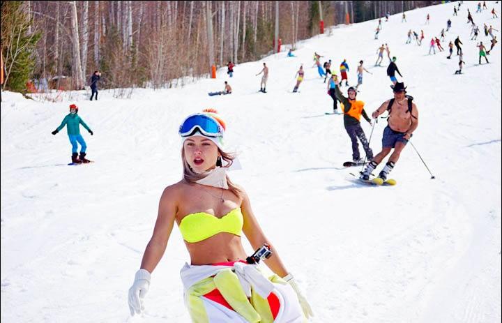 西伯利亚人用泳装滑雪欢呼雪季结束_图1-1
