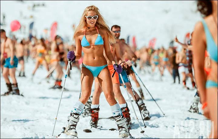 西伯利亚人用泳装滑雪欢呼雪季结束_图1-2