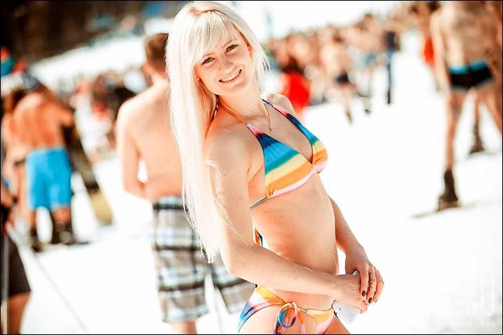 西伯利亚人用泳装滑雪欢呼雪季结束_图1-3