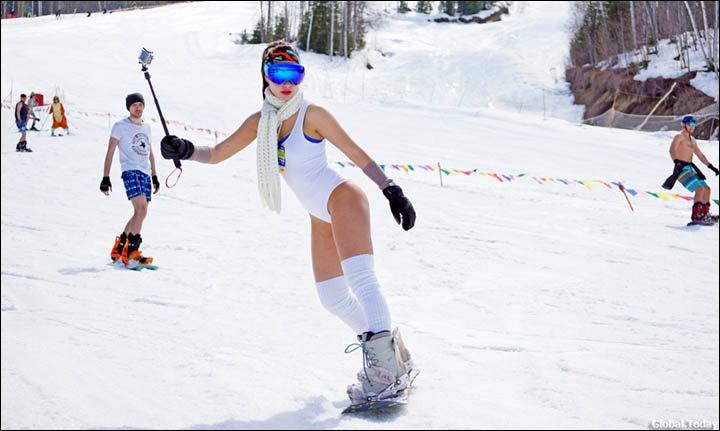 西伯利亚人用泳装滑雪欢呼雪季结束_图1-5