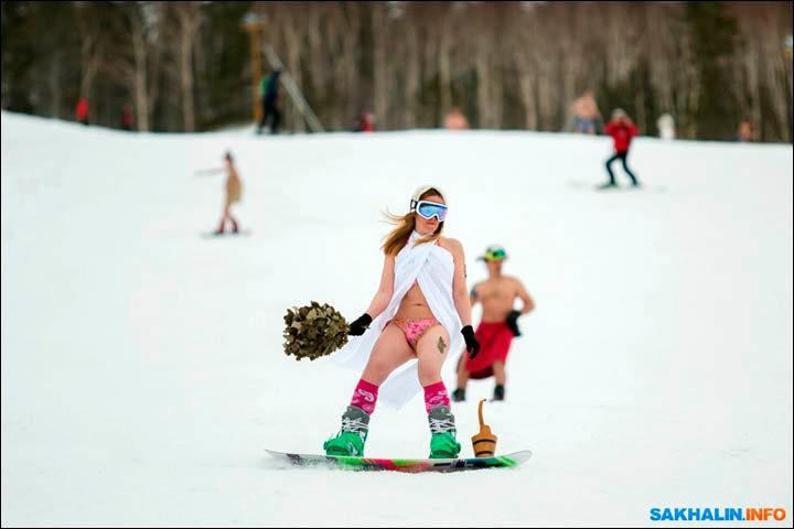 西伯利亚人用泳装滑雪欢呼雪季结束_图1-8