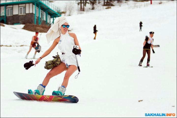 西伯利亚人用泳装滑雪欢呼雪季结束_图1-9