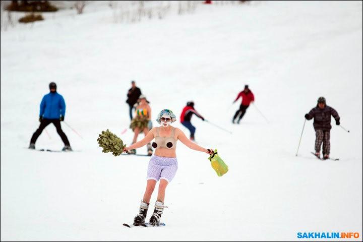 西伯利亚人用泳装滑雪欢呼雪季结束_图1-10