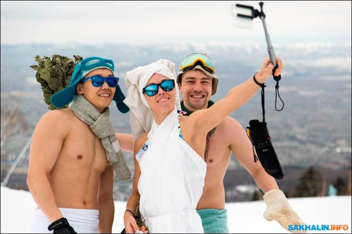 西伯利亚人用泳装滑雪欢呼雪季结束_图1-11