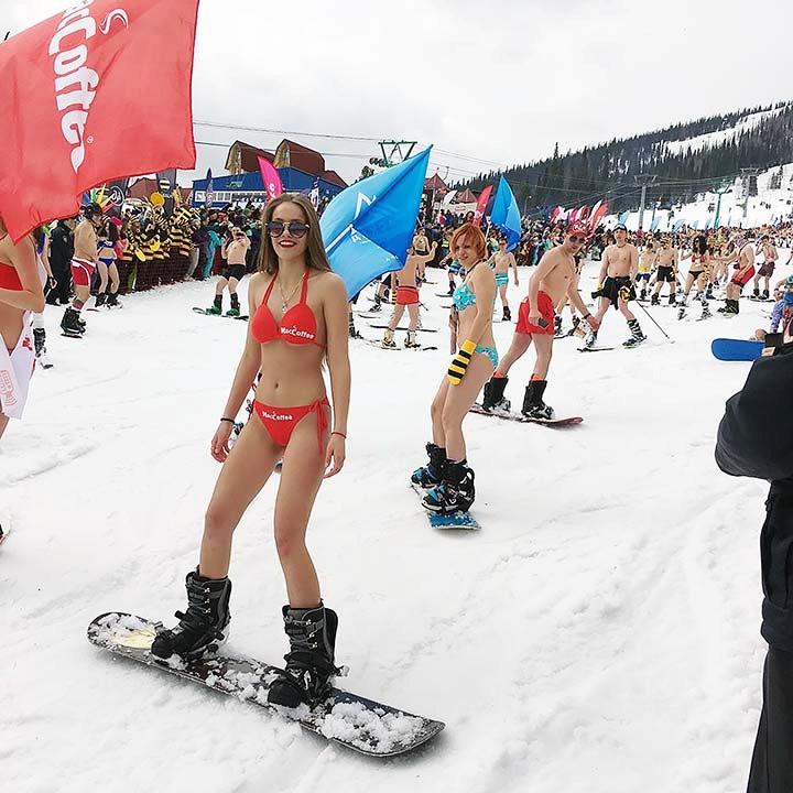西伯利亚人用泳装滑雪欢呼雪季结束_图1-17