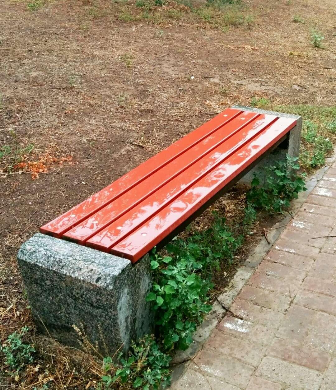 言日: 雨湿的条椅_图1-1