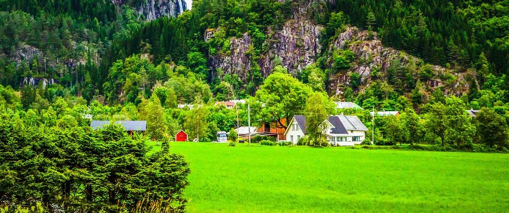 北欧风光,山林中的家_图1-2