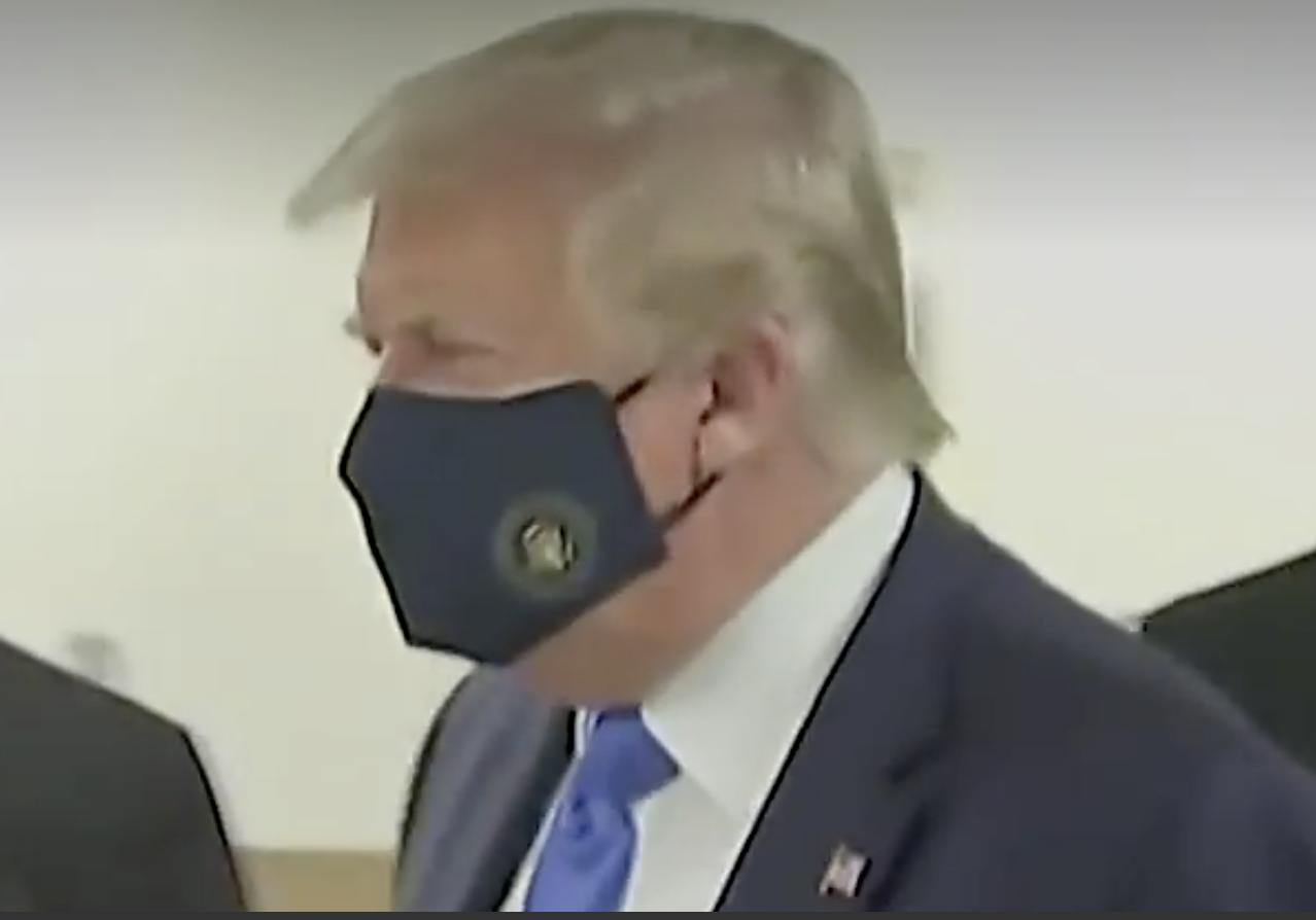 特朗普总统终于在公众场合戴上口罩_图1-2
