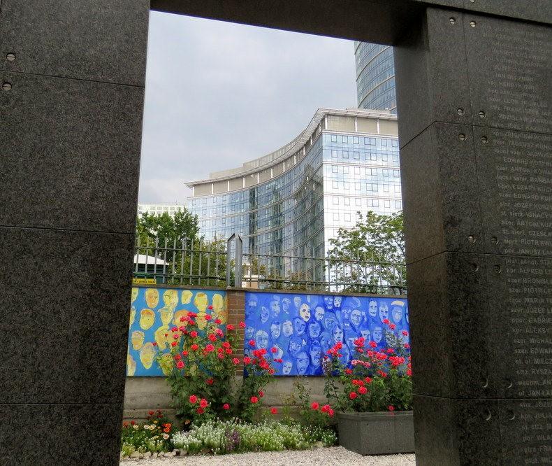 华沙起义博物馆的玫瑰园_图1-12