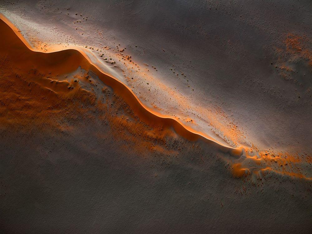 纳米比亚干旱景观引人注目的航拍照片_图1-1