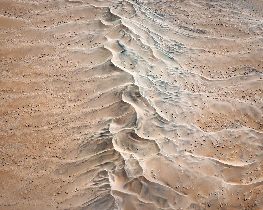纳米比亚干旱景观引人注目的航拍照片_图1-5