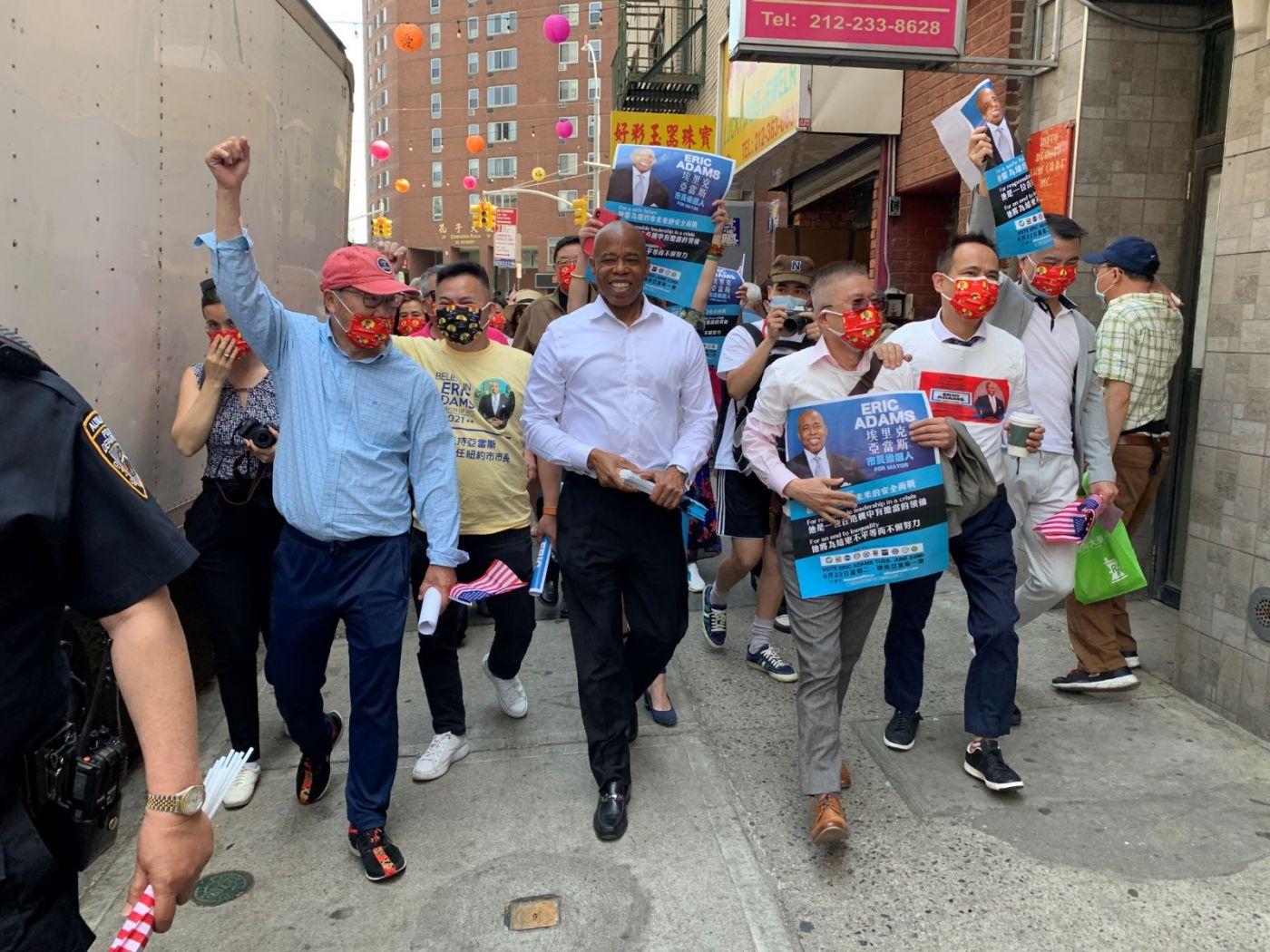 高娓娓:纽约市长竞选人亚当斯拜访唐人街社区民众_图1-8