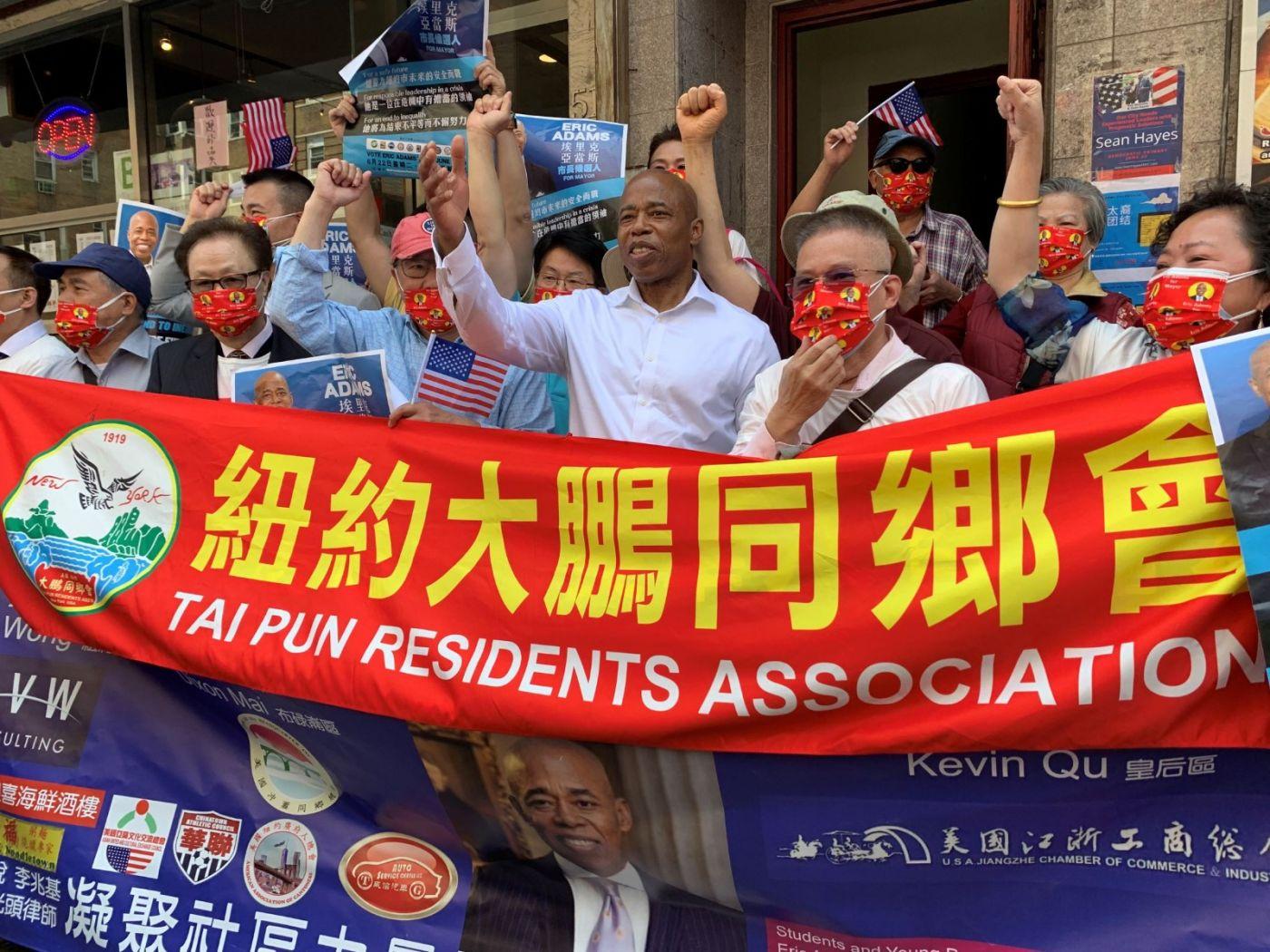 高娓娓:纽约市长竞选人亚当斯拜访唐人街社区民众_图1-9