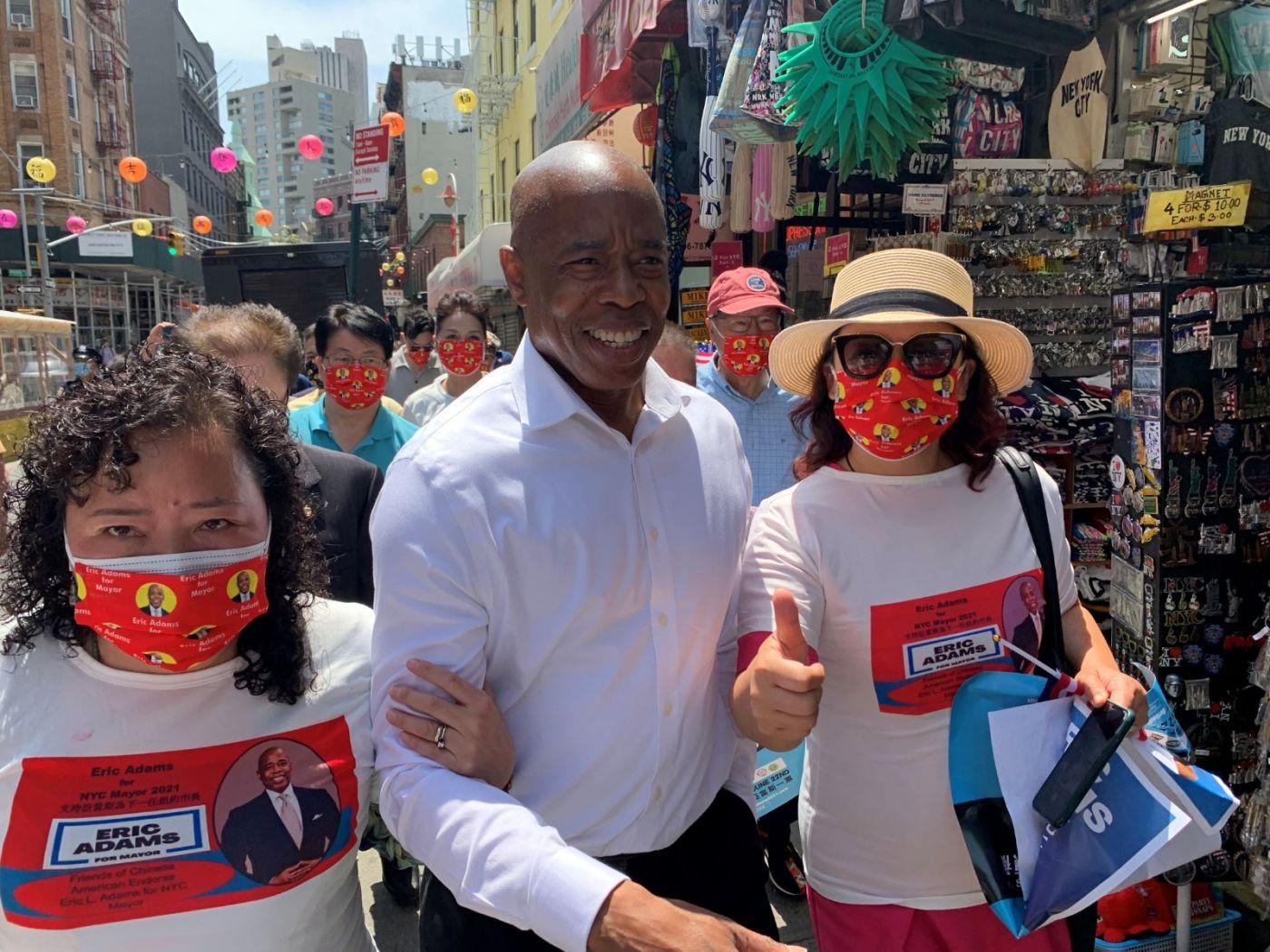 高娓娓:纽约市长竞选人亚当斯拜访唐人街社区民众_图1-10