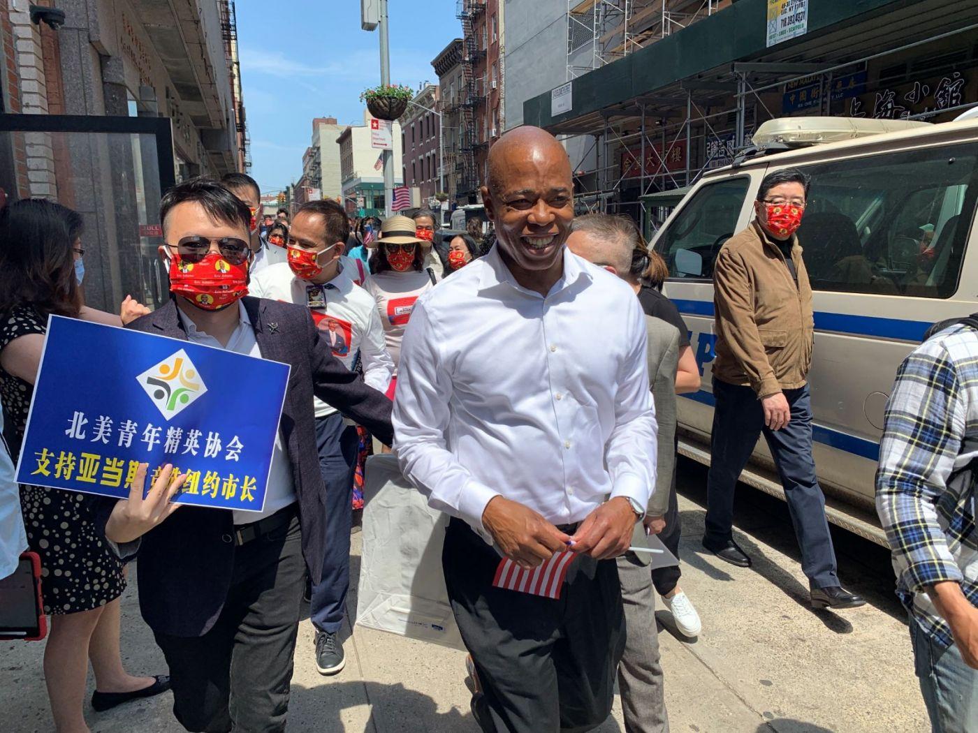 高娓娓:纽约市长竞选人亚当斯拜访唐人街社区民众_图1-12