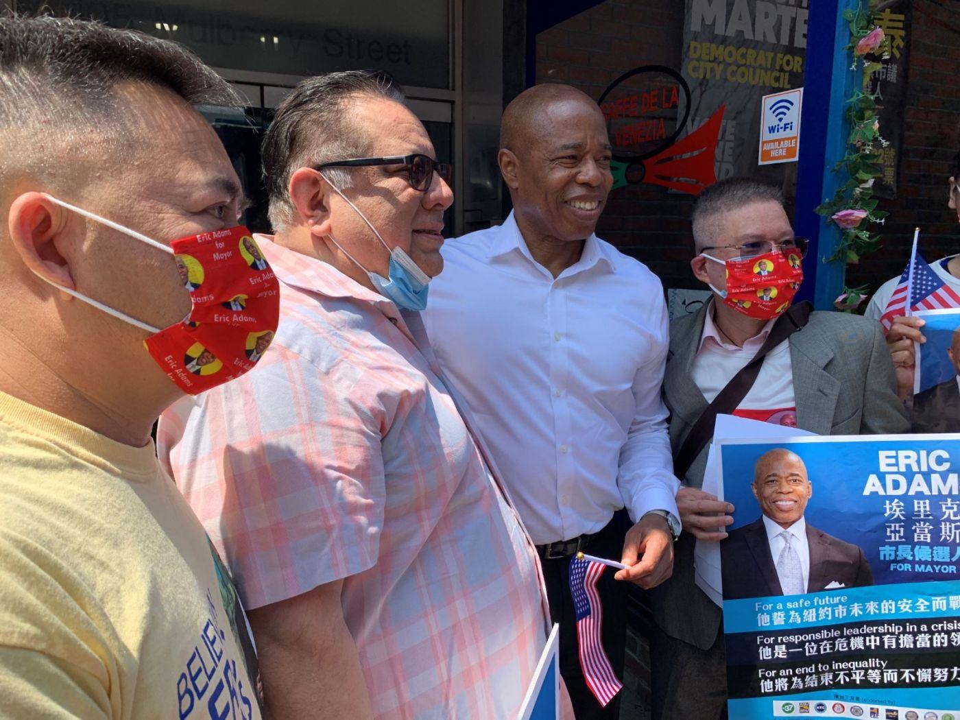 高娓娓:纽约市长竞选人亚当斯拜访唐人街社区民众_图1-11